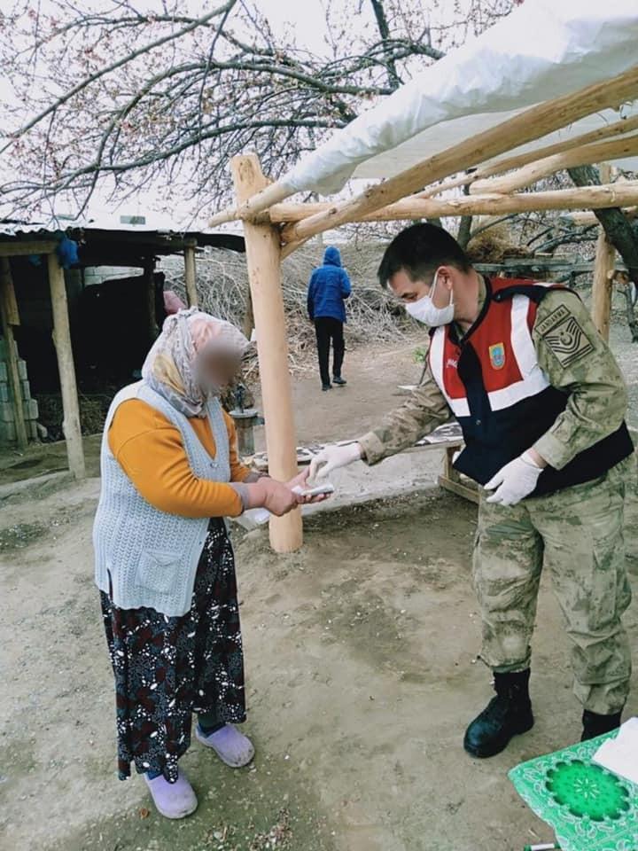 Iğdır'da jandarma, vatandaşın sosyal yardım ödemesini evlerinde teslim etti