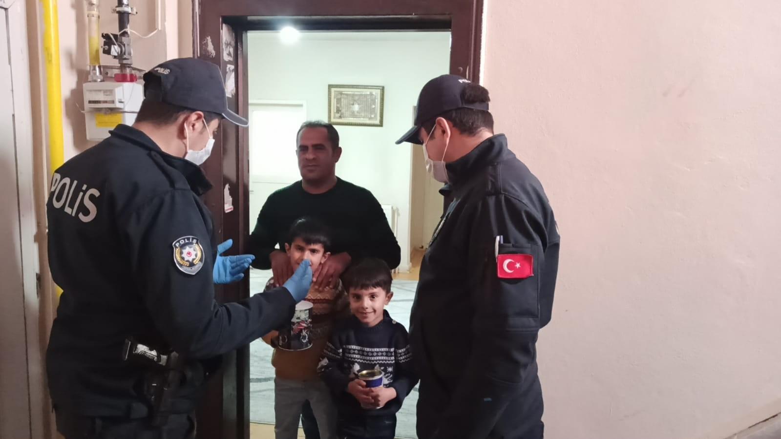 Iğdır'da küçük kardeşler harçlıkları ile kampanyaya destek oldu