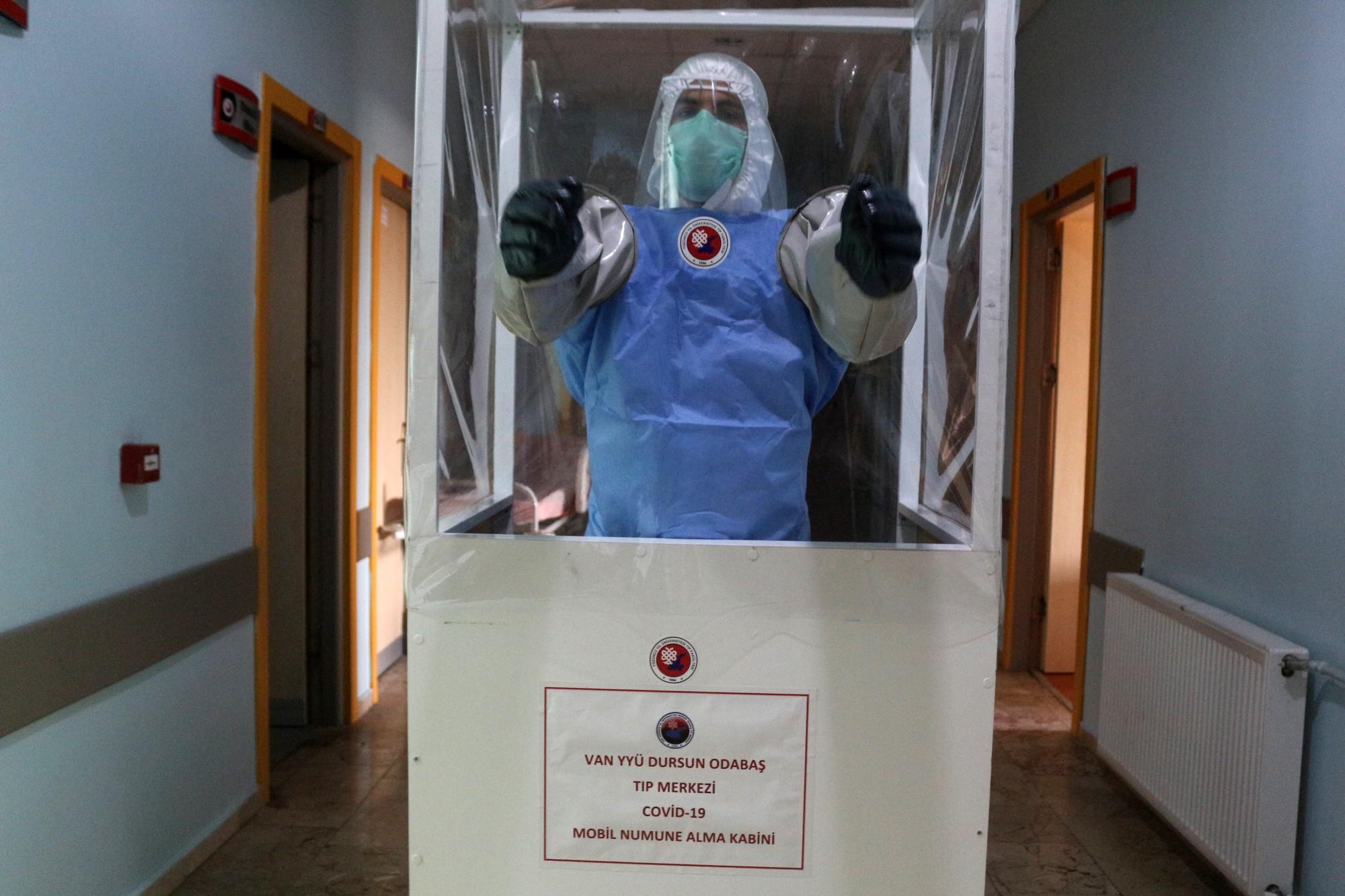 Van'da sağlıkçılar mobil numune alma kabinleriyle korona virüsten korunuyor