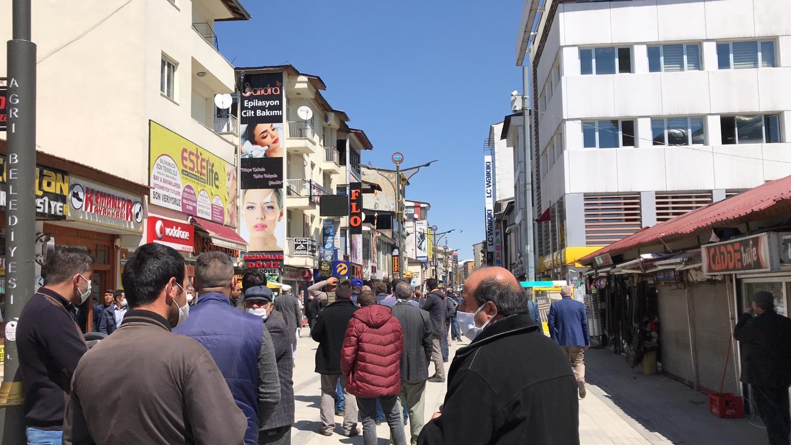 Ağrı'da PTT şubesi önünde sosyal mesafe kuralı hiçe sayıldı