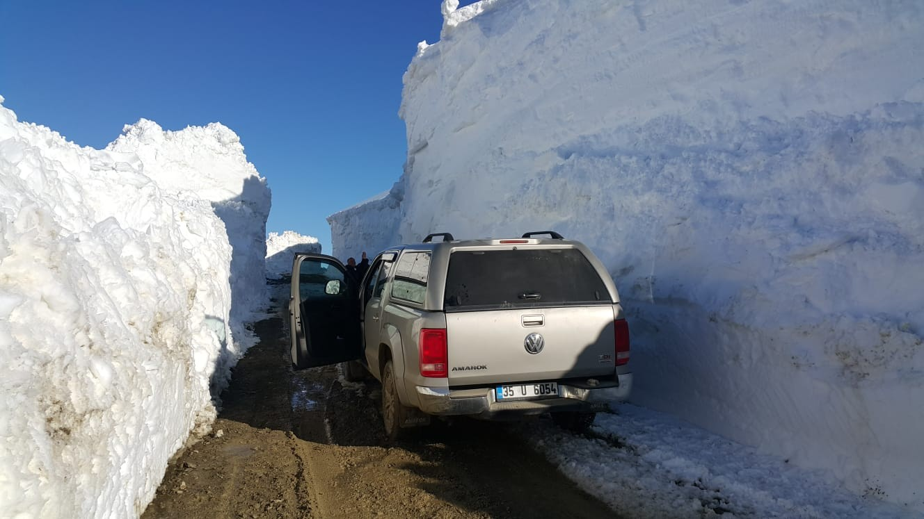 Hakkari'de 5 metreyi bulan karda yol açma çalışması