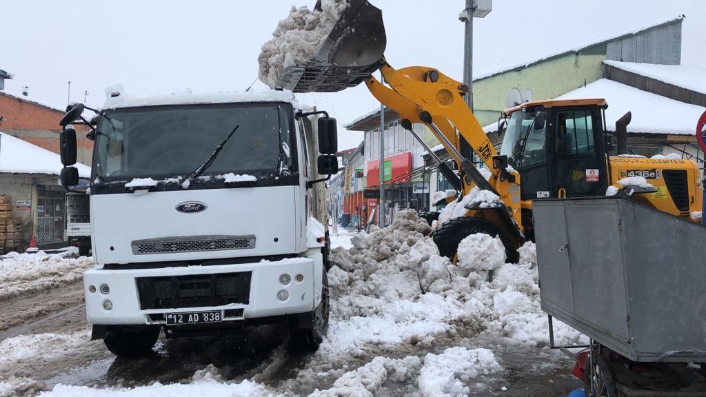 Bingöl Karlıova'da Nisan ayında karla mücadele
