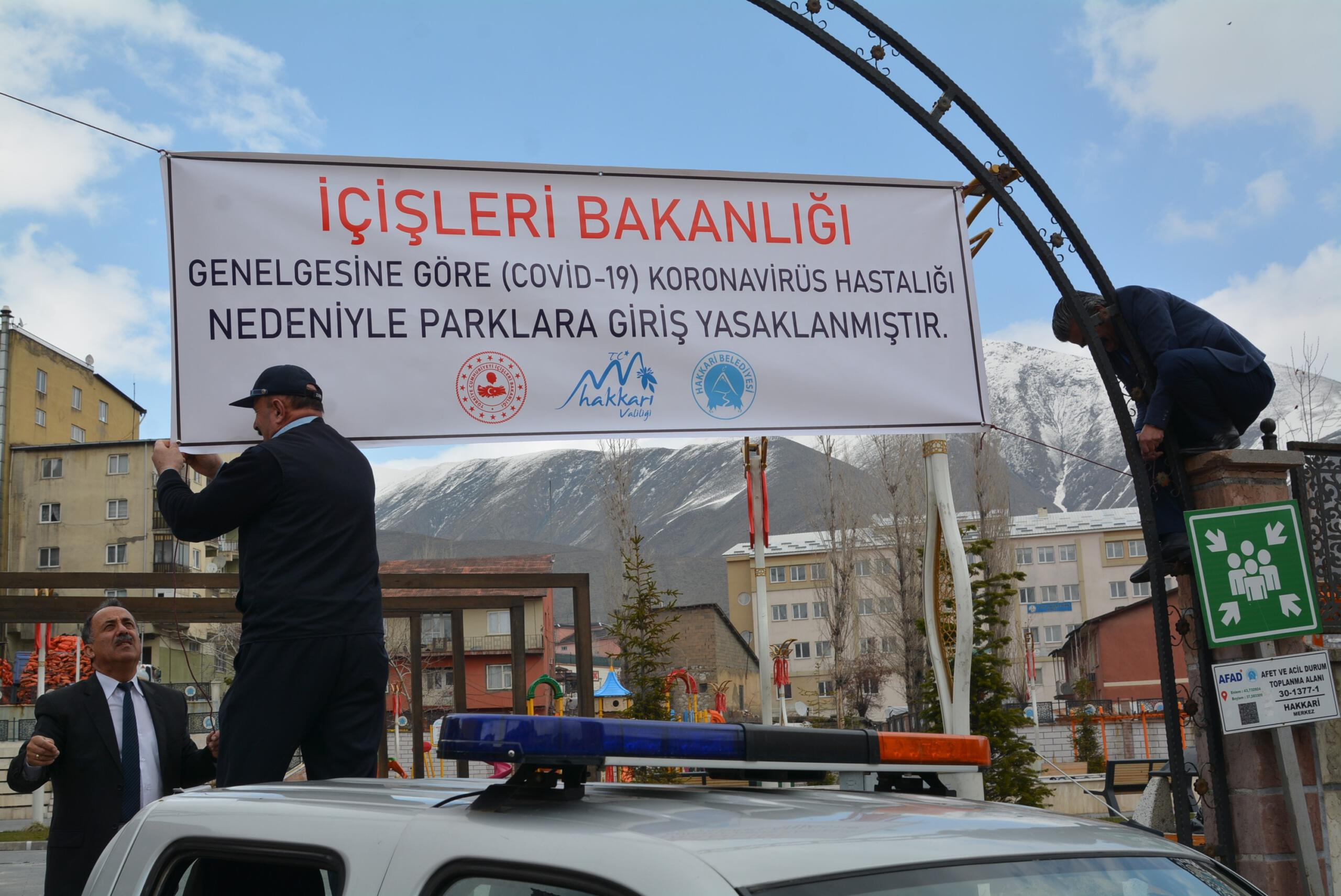 Hakkari'deki parklara 'giriş yasak' pankartı asıldı