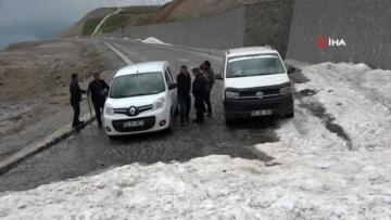 3 bin rakımlı Nemrut Dağı eteklerinde karlı pekmez keyfi