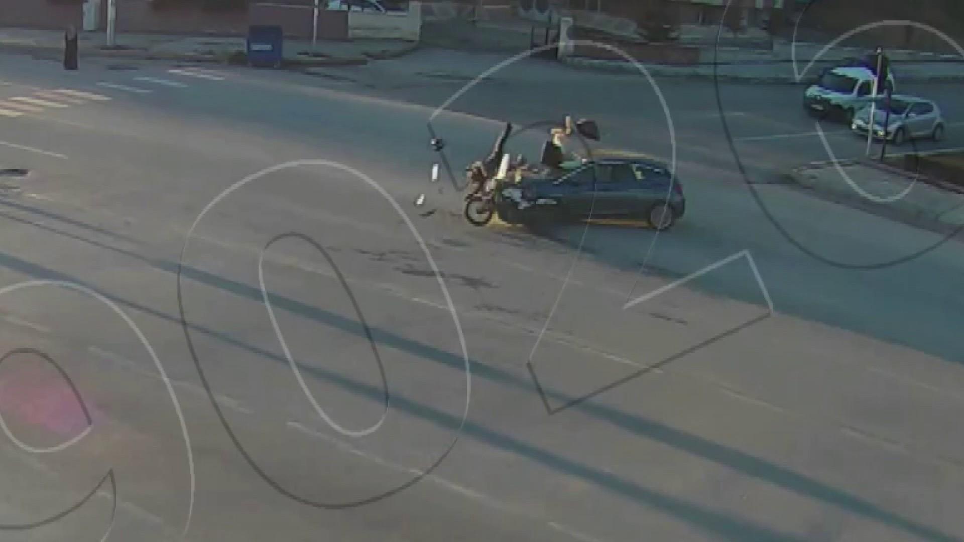 Feci kaza anları kamerada, otomobillerin çarptığı motosikletliler fırladı