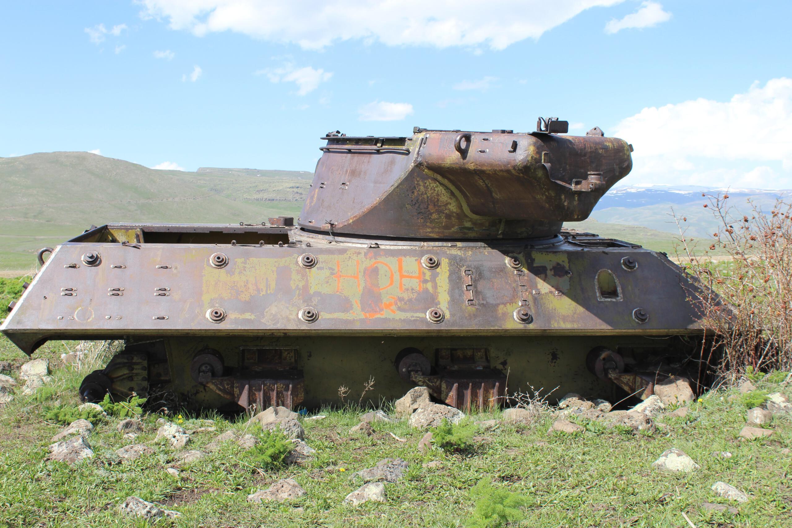 Dağ eteğindeki terk edilmiş tanklar görenleri hayrete düşürüyor