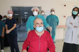 İki kez kalbi duran 62 yaşındaki hasta korona virüsü yenerek taburcu oldu