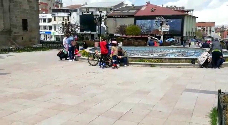 Erzurum da çocukların paten ve bisiklet keyfi