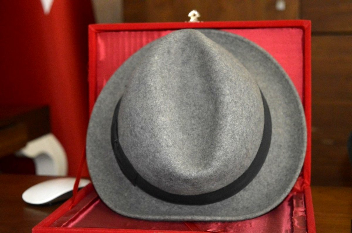 Kerim Amca nın efsane fötr şapkası oğlunun makam odasında