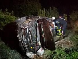 Şarampole uçan otomobilde sıkışan 3 yaralı kurtarıldı