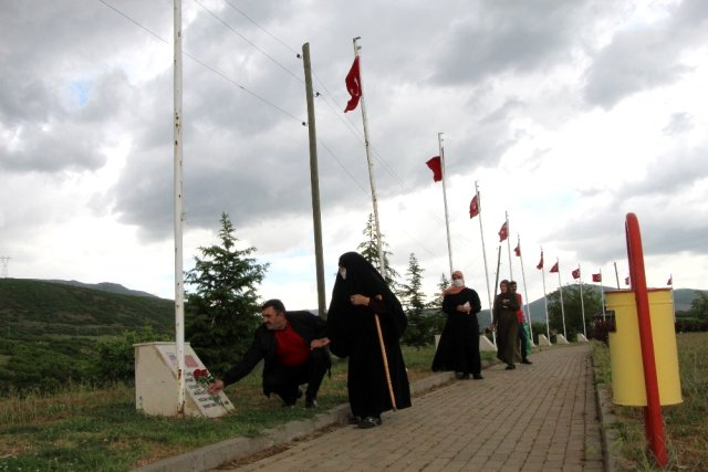 Şehit anneleri, hem evlatlarını hem de 33 şehidin anıtını ziyaret etti