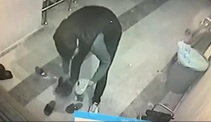 Ağrı'da ayakkabı hırsızı güvenlik kamerasına yakalandı