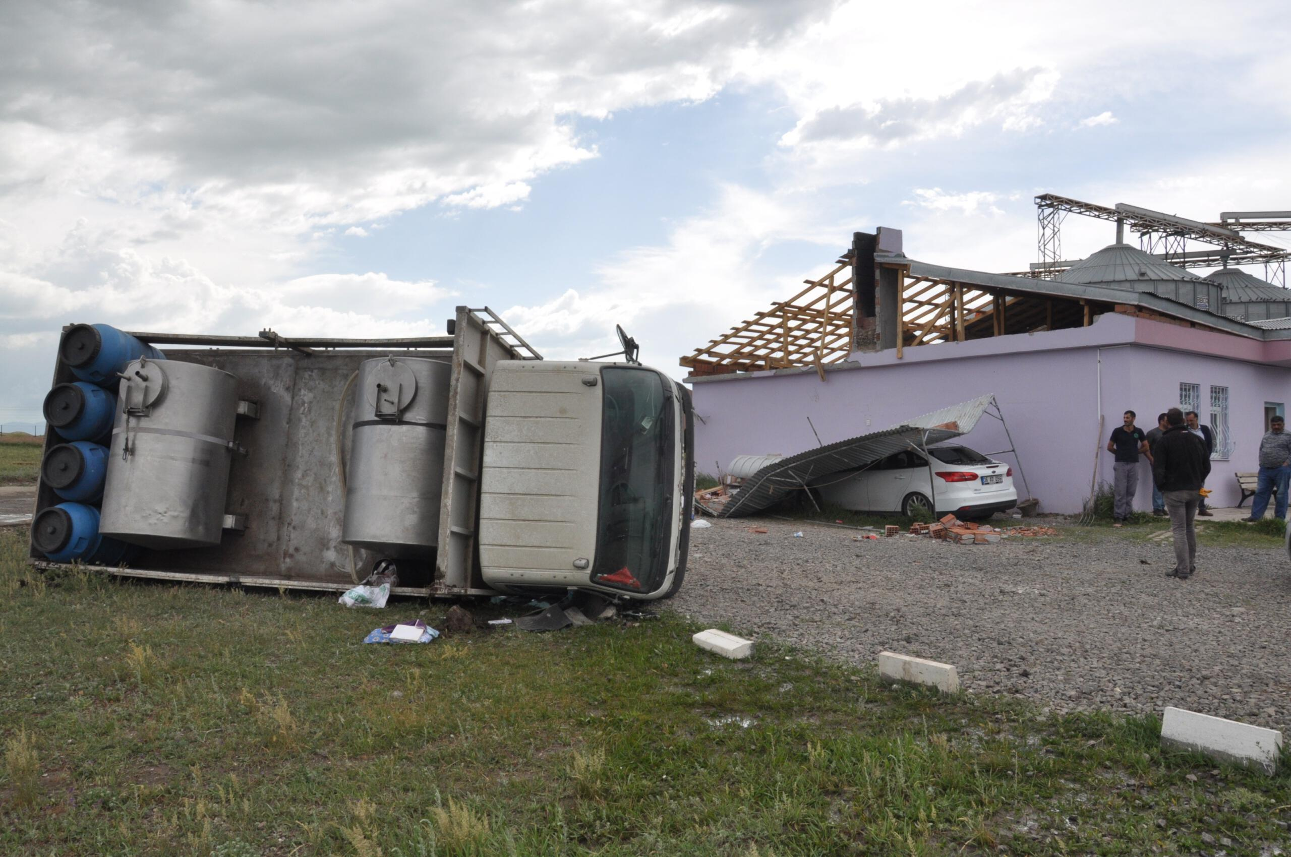 Kars'ta hortum 5 tonluk kamyonu devirdi