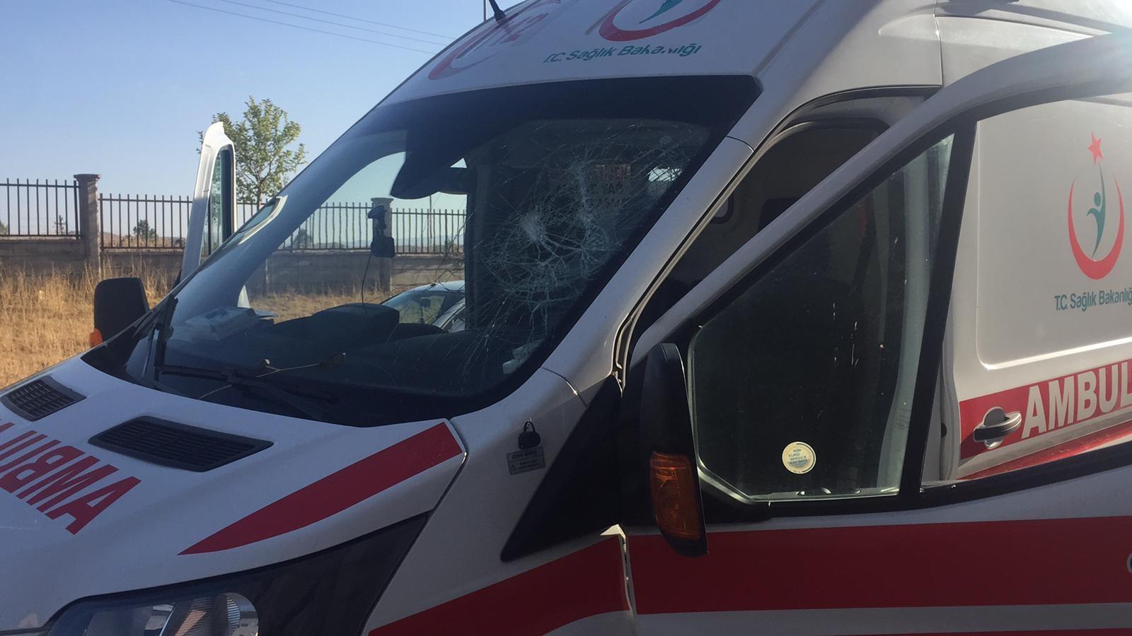 Yaralı almaya giden ambulansa yaralı yakınları saldırdı