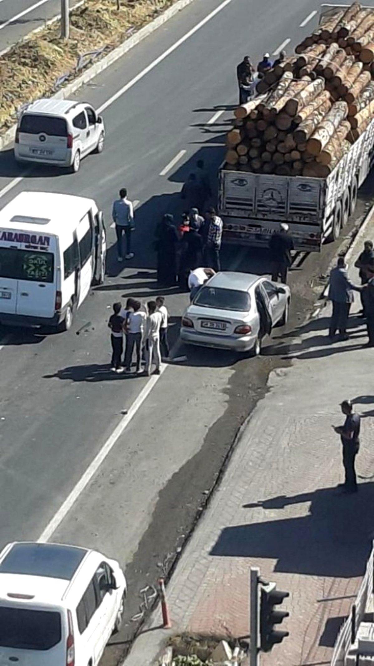 Ağaç yüklü kamyon minibüse çarptı, faciadan dönüldü