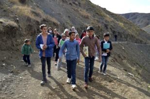 EBA'dan ders dinlemek için 1.5 kilometre yol yürüyorlar