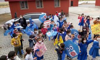 Son dakika haberi   Vali Varol, Doğubayazıtlı çocuklara uçurtma hediye etti