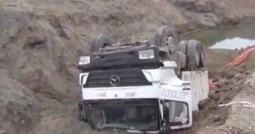 Yolun çökmesi sonucu kamyon devrildi: 1 Yaralı