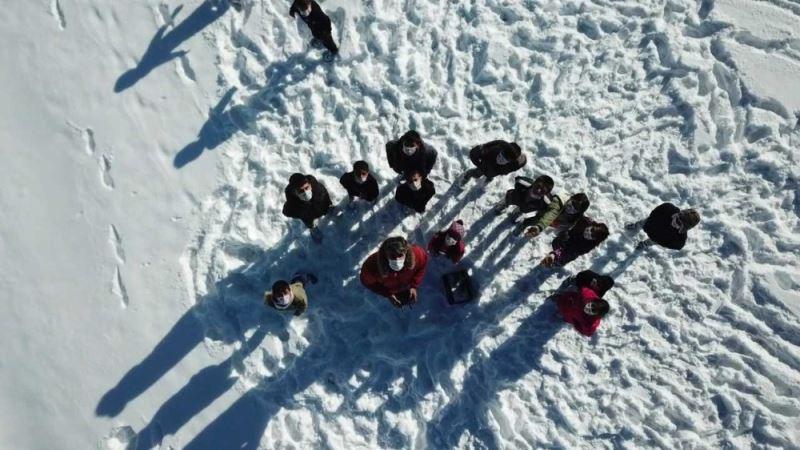Köyde yaşayan çocukların drone uçurma sevinci
