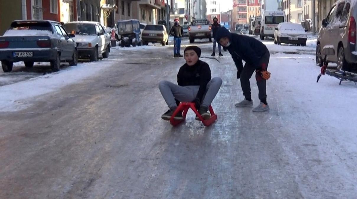 Kars ta çocukların kızak keyfi