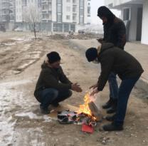 Iğdır'da soğuk havada ekmek mücadelesi veren işçiler ateş yakarak ısınıyor