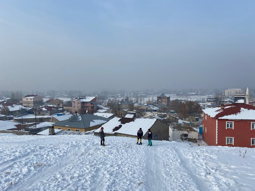 Ağrılı çocukların poşet üzerinde kayak keyfi
