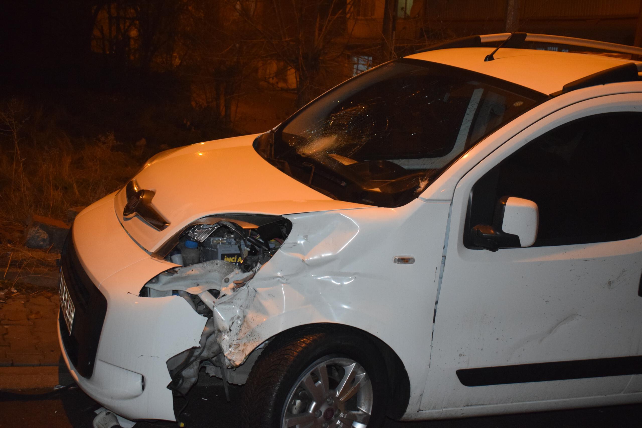 Hafif ticari araçla çarpışan motosikletli ağır yaralandı