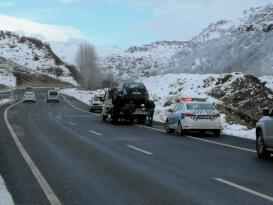Bingöl'de buzlanma nedeniyle aynı yerde 3 araç yoldan çıktı