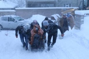 Yolda mahsur kalan hastalar kurtarıldı