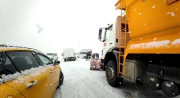 Kar ve tipinin etkili olduğu Erzincan'da araçlar yollarda mahsur kaldı
