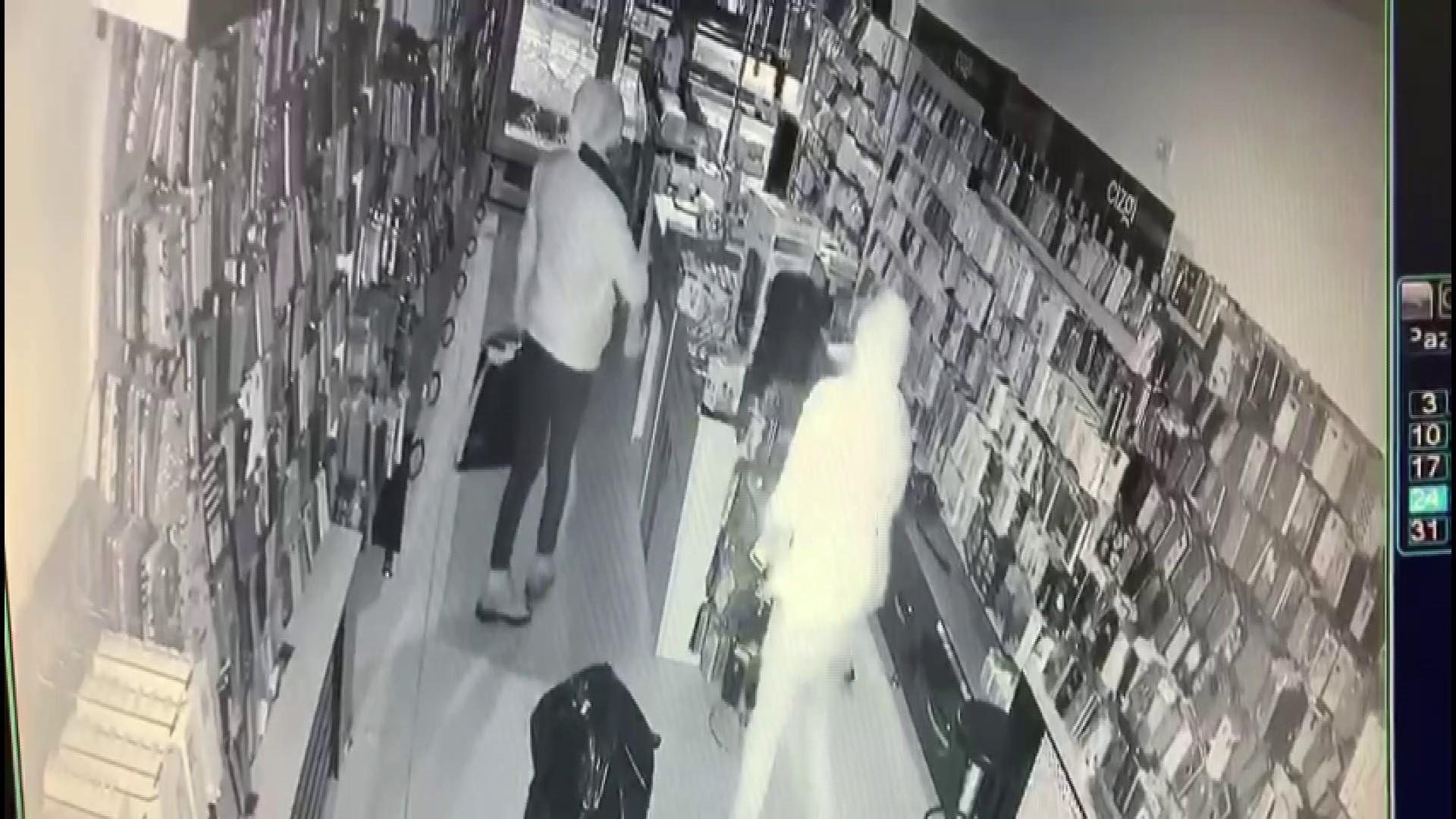 Hırsızlar güle oynaya telefon çaldılar
