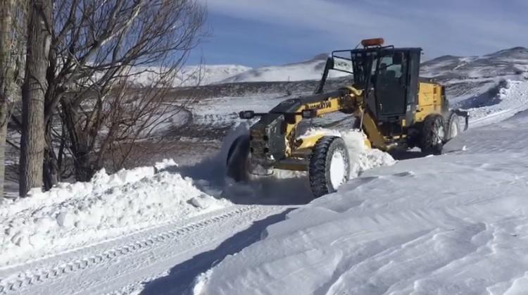 Kar yağışı 21 köy yolunu ulaşıma kapattı