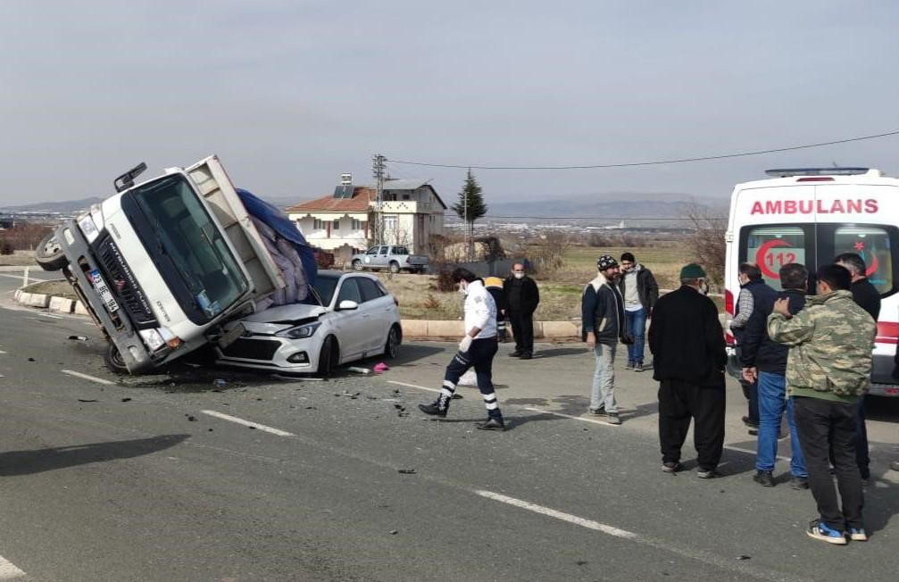 Kamyonet, otomobilin üzerine devrildi:2 yaralı