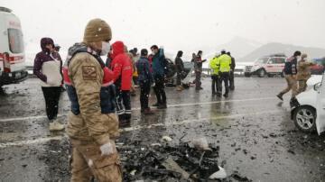Taksiyle hafif ticari araç çarpıştı: 3 ölü, 7 yaralı