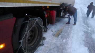 Ardahan'da ulaşıma tipi engeli: Tırlar yolda mahsur kaldı
