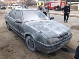 Elazığ'da seyir halindeki araç alev aldı, diğer sürücüler müdahale etti