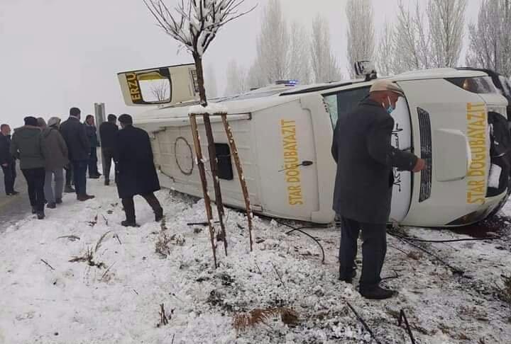 Doğubayazıt'tan Erzurum'a yolcu götüren minibüs kaza yaptı: 2'si ağır 11 yaralı