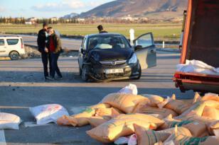 Otomobil traktöre çarptı: 4 yaralı