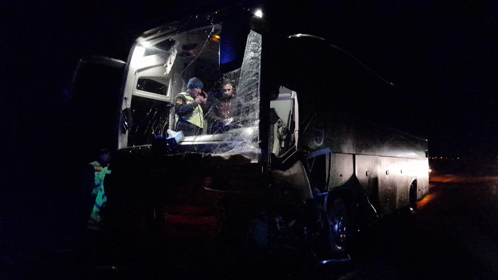 Otobüsle çarpışan otomobil ikiye bölündü:1 ölü, 4 yaralı