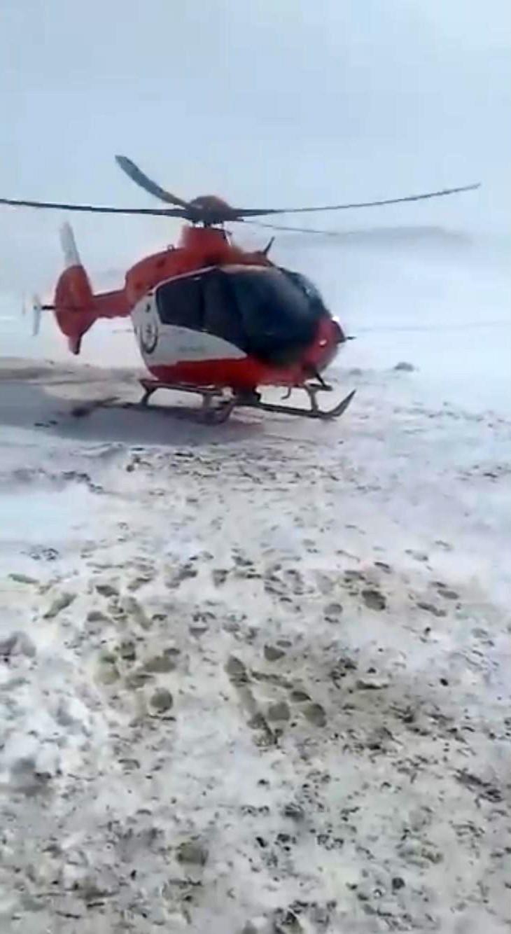 Ambulans helikopter köyde mahsur kalan hamile kadın için havalandı