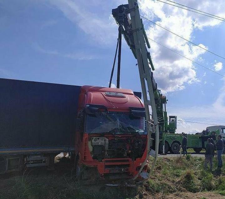 Iğdır'da kaza, direksiyon hakimiyetini kaybeden tır elektrik direğine çarparak durdu