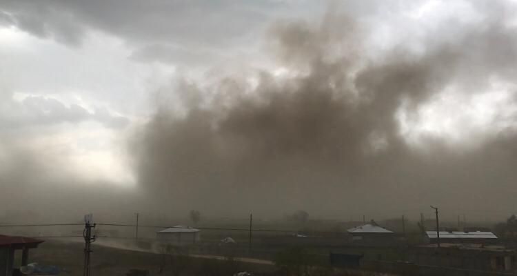 Iğdır'da toz bulutu, ortalık karanlığa gömüldü