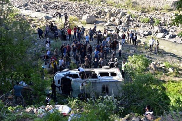 Bingöl'de köy minibüsü şarampole yuvarlandı: 1 ölü 1'si ağır 17 yaralı