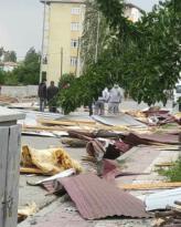 Iğdır'ın Karakoyunlu ilçesinde fırtına evlerin çatılarını uçurdu