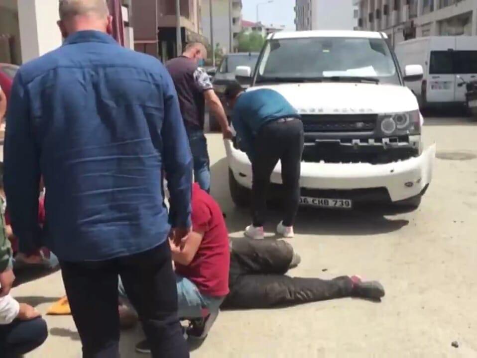 Çarptığı motosikletli yaralandı, cipiyle ilgilenince tepki çekti