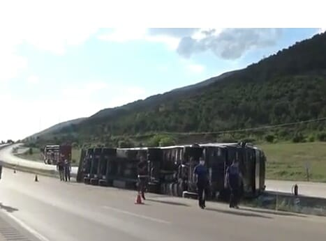 İstanbul'dan Iğdır'a giden Tır devrildi, sürücü ölümden döndü