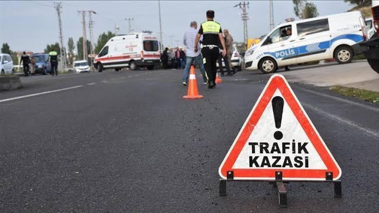Sürücüsünün direksiyon hakimiyetini kaybeden araç 2 kişiye vurdu: 1 Ölü 2 yaralı