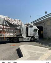 Tır geçis sırasında Köprüye takıldı, samanlar karayoluna devrildi