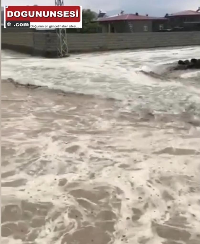 Iğdır'da etkili olan dolu ve fırtına sonrası sel meydana geldi
