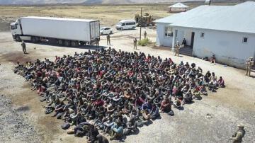 Van'dan insanlık dışı uygulama, tır dorsesinde 300 düzensiz göçmen yakalandı
